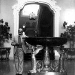 Luigi Magnani all'ingresso della villa, a fianco della coppa del Thomire, Archivio Fondazione Magnani Rocca