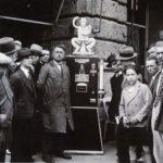 Distributore automatico con modello Depero, 1933-34, Milano, Archivio Campari, in Depero per Campari, a cura di M. Scudiero, Milano, 1989, p. 22