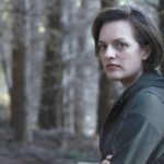 Elisabeth Moss da sola nel bosco, frame di Top of the Lake