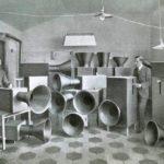 Russolo e Piatti, nello studio di Milano, con l'intonarumori